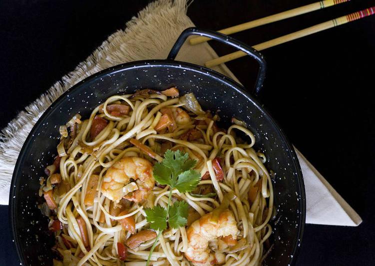 Wok de langostinos y verduras con noodles Udon