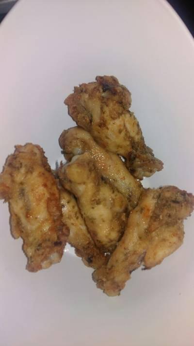 Alitas de pollo rebozadas con harina, con papas fritas finas