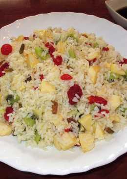 Ensalada de arroz blanco con fruta deshidratada y fresca