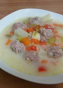 Chorba: sopa verduras y albondigas rumana
