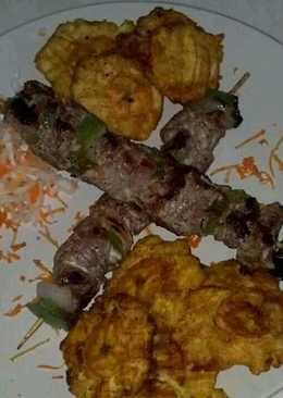 Brocheta de pollo con tostones
