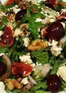 Ensalada de rúcula con brevas, uvas morada y queso Feta