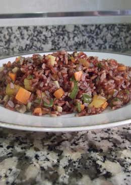 Arroz rojo con verduras, pasas y orejones