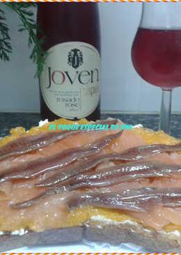 Torrada con crema de calabaza con salmón y anchoas