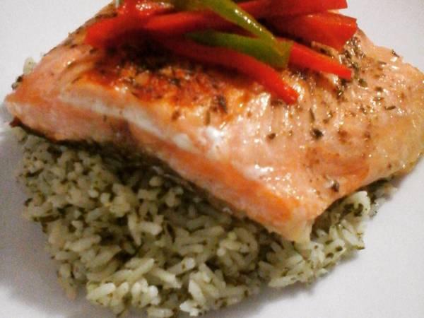 Salmón en arroz verde con verduras salteadas