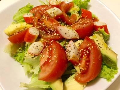 Ensalada fresca de tomate, escarola y aguacate