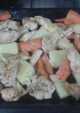 Pechugas de pollo al horno con salsa de queso y verduras