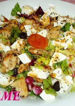 Ensalada fresca de pollo, queso y frutos secos