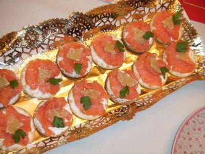 Canapés de salmón y queso con lima