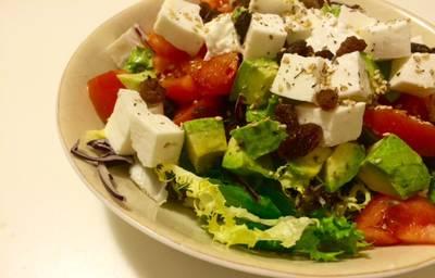 Ensalada con tomate, queso fresco, aguacate y pasas