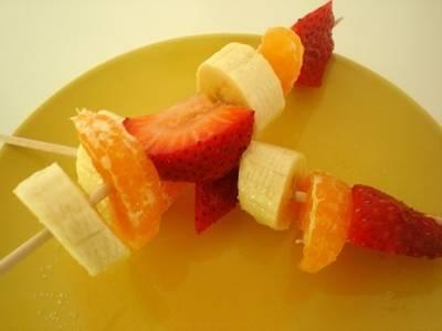 Brocheta de fruta fresca