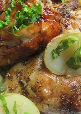 Pollo con patatas asadas en la parrilla del horno