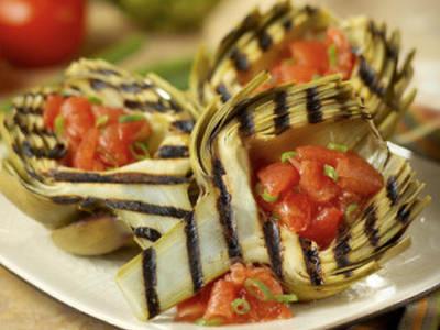 Alcachofas a las brasas con tomate y guindilla