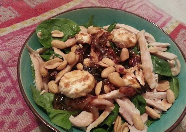 Ensalada de pollo con cebolla caramelizada