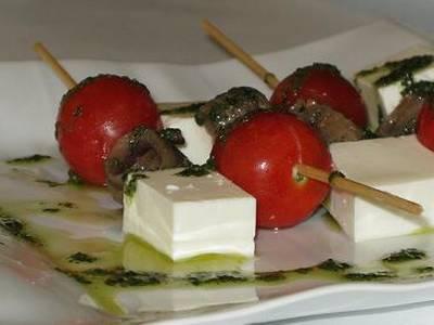 Brocheta de queso, cherry y anchoa