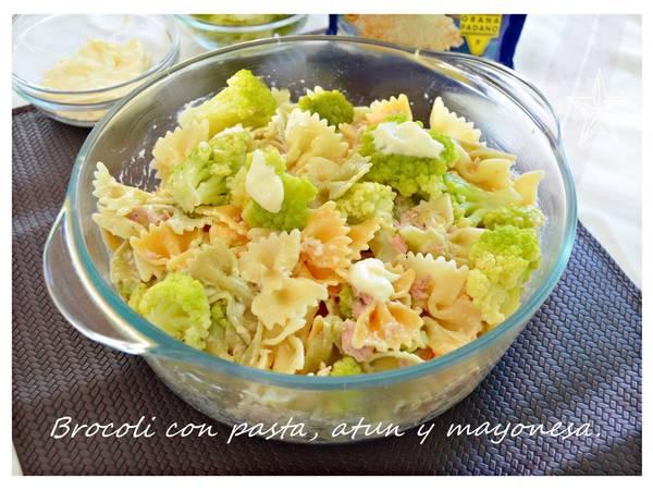 Brocoli con pasta, atún y mayonesa