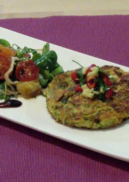 Tartas vegetales y ensalada de rúcula con tomates confitados para desayuno