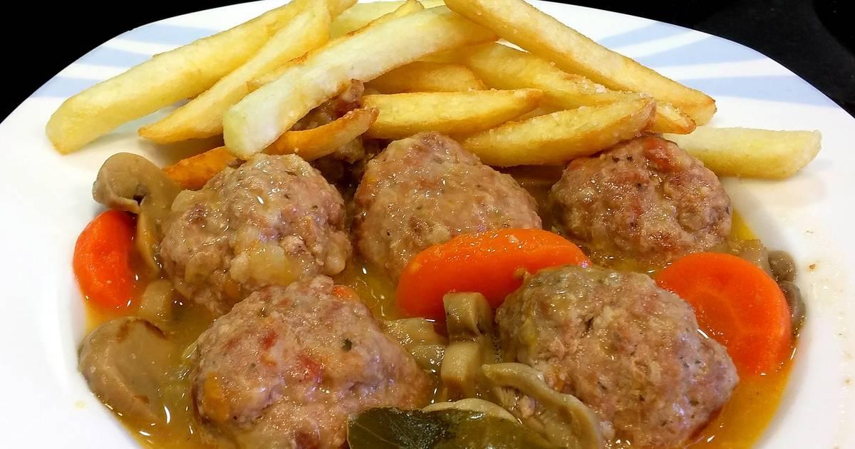 Alb ndigas caseras en salsa con patatas receta de - Albondigas de patata ...