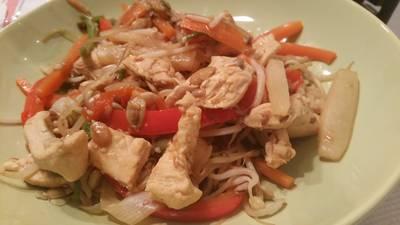Salteado de pollo con verduras, jengibre y semillas