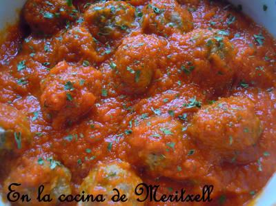 Albóndigas con salsa de tomate, preparadas en el horno microondas