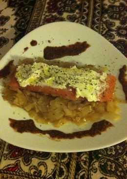 Tronco de salmón sobre base de cebolla caramelizada con queso blanco y reducción de vinagre balsámico con mostaza a la antigua