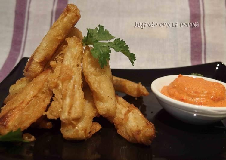 Calçots rebozados o en tempura con romesco