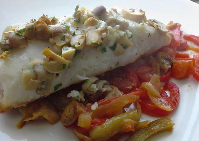 Lomos de merluza con pimientos y champi ones receta de - Cocinar lomos de merluza ...