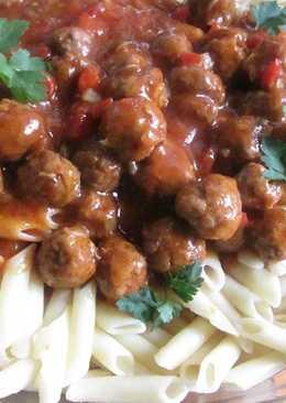 Macarrones con albondiguitas en salsa de tomate y pimiento