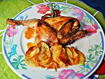 Pollo picantón al horno con romero y guarnicion de patatas panadera de romeria