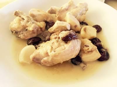Pollo con vino blanco y cebolla