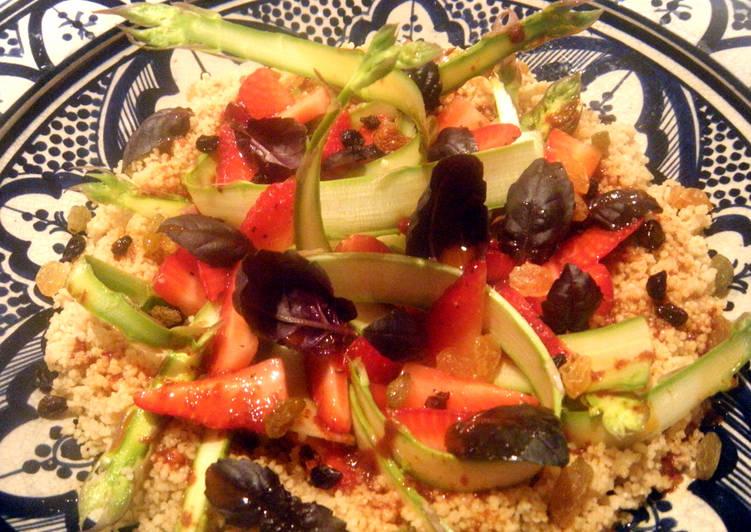 Ensalada de cuscús, espárragos trigueros y fresas con aliño de ñoras