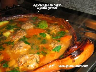 Albóndigas de res en caldo con verduras
