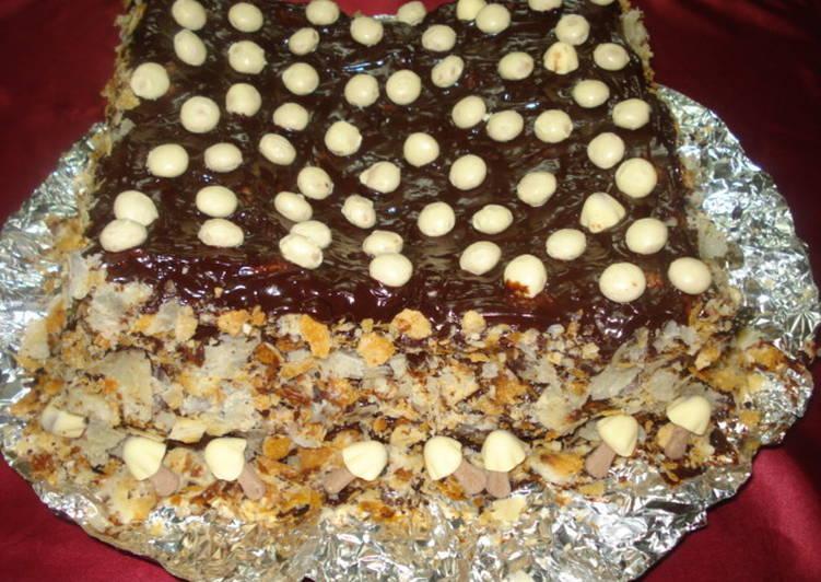 Torta de hojaldre con dulce de leche, kokoas y setitas bañadas en chocolate
