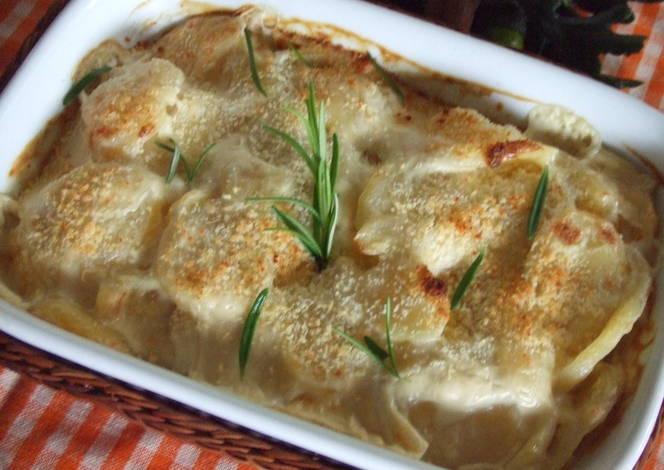 Fuente gratinada de patatas con queso a las hierbas receta - Bechamel con nata para cocinar ...