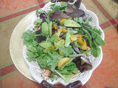 Ensalada de hojas verdes con mandarina y aguacate