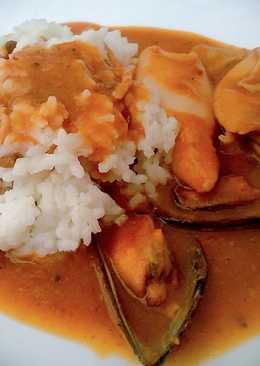Manjares del mar en salsa con guarnición de arroz
