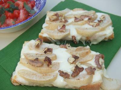 Tosta gratinada de queso, pera y nueces