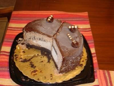Pastel de chocolate relleno de nieve de chocolate