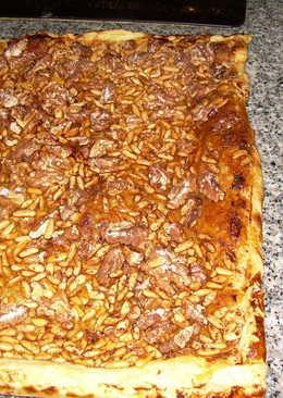 Coca rápida de Sant Joan de piñones, nueces y miel