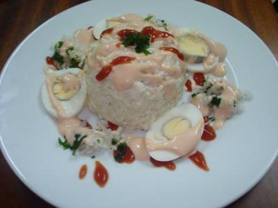 Arroz con atún, huevos y salsa golf