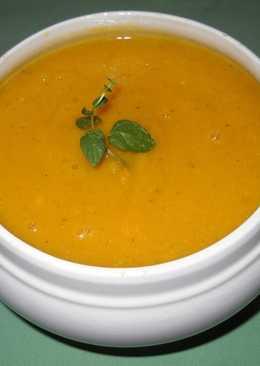 Sopa crema de calabaza roja con calabacin y queso fresco