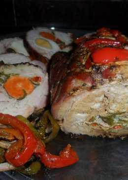 Lomo de cerdo relleno con ciruelas, nueces y verduras