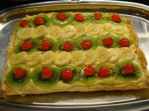 Tarta de hojaldre con crema y frutas