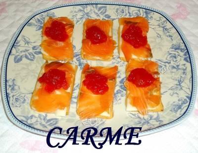 Canapés de salmón, mozzarella y mermelada de tomate