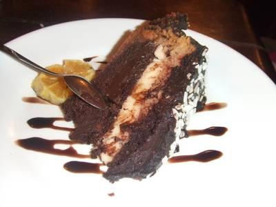 Pastel de chocolate con crema de naranja
