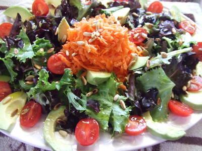 Ensalada de lechugas, aguacate y tomates con aliño de piñones