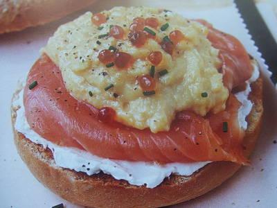 Bocadillo de salmón con queso mascarpone y revuelto de huevos