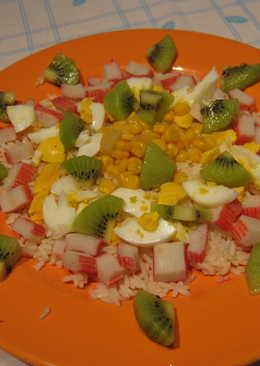 Ensalada de arroz con kiwi y palitos de cangrejo
