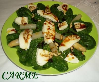 Ensalada de espinacas y mozzarella fresca con vinagreta y piñones
