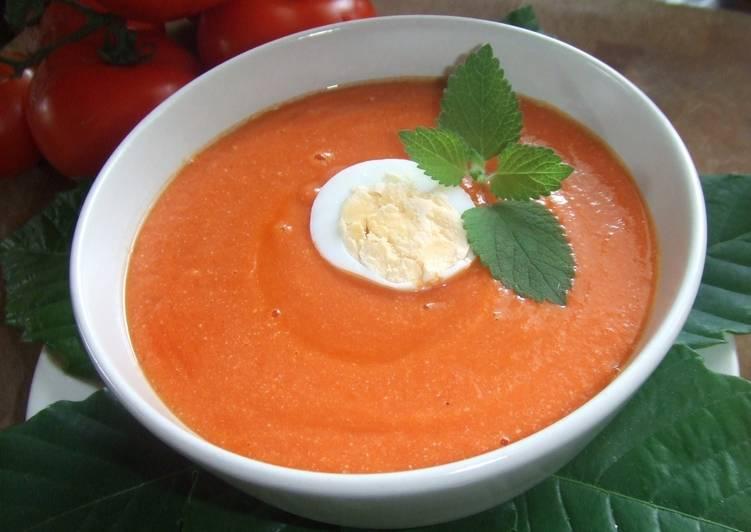 Sopa fría de tomates con almendras y huevo duro